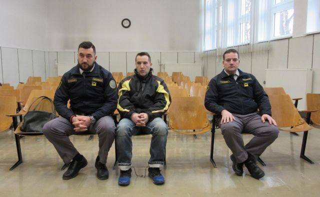 Ne glede na to, kakšna bo odločitev sodišča, Jaka Ulčnik ne bo nič dalj za zapahi. Prestaja namreč že 30-letno zaporno kazen zaradi umora brata. FOTO: Špela Kuralt/Delo