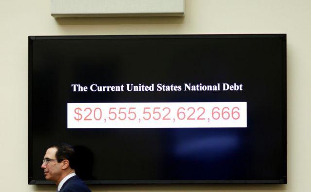 Ameriške vlade so v zadnjih 77 letih samo dvanajstkrat končale v plusu. Sedanjega ministra za finance Stevena Mnuchina je fotograf ujel pod »števcem nacionalnega dolga«. Foto Reuters
