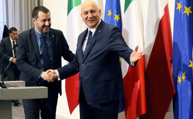 Italijanski notranji minister Matteo Salvini v Varšavi pri poljskem kolegu Joachimu Brudzińskem. FOTO: Reuters