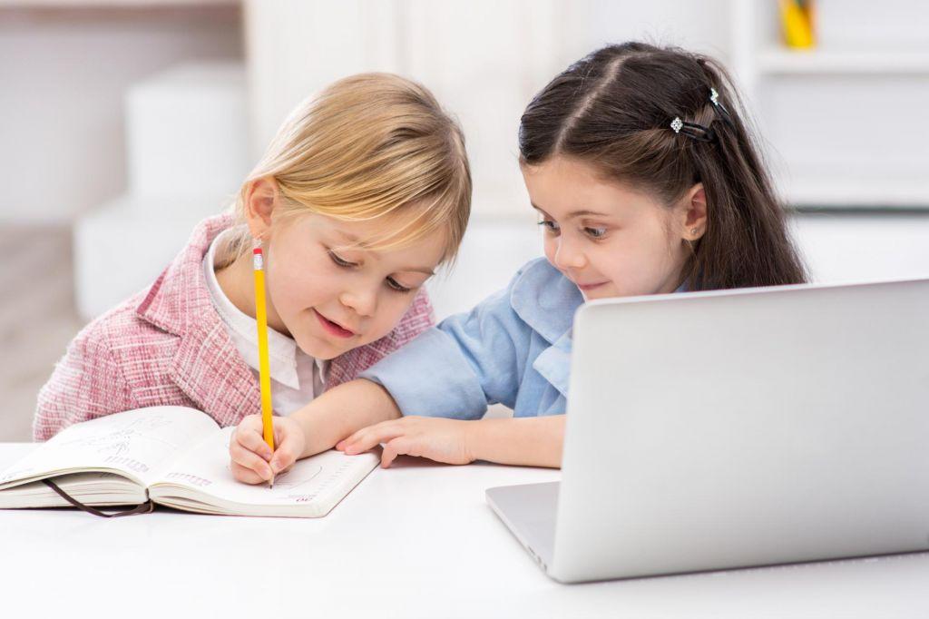 »Od preveč pisanja boli roka,« pravi osnovnošolka s Švedske