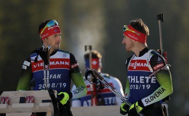 Jakov Fak (levo) in Mitja Drinovec sta bila najboljša od peterice slovenskih biatloncev na najkrajši posamični preizkušnji, a vseeno preslaba, da bi si prismučala in pristreljala vsaj točko v svetovnem pokalu. FOTO: Matej Družnik/Delo