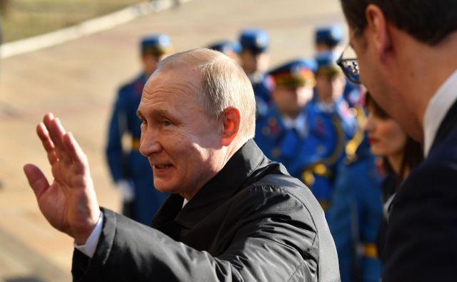 Putin ob prihodu v Srbijo. Nad njegovim prihodom niso vsi navdušeni. FOTO: Andrej Isaković/AFP