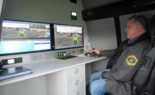 Notranjost kombiniranega vozila, s katerim spremljajo voznike tovornih vozil. FOTO: Špela Kuralt