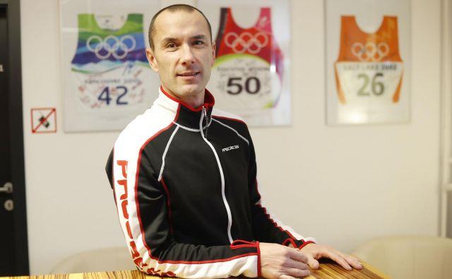 Fizioterapevt Boštjan Ahačič, človek, ki popravlja druge in jim pove, kako to počne. FOTO Leon Vidic