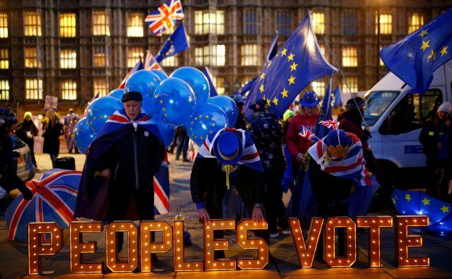 Nasprotniki brexita protestirajo pred britanskim parlamentom in zahtevajo nov referendum. FOTO: REUTERS/Henry Nicholls