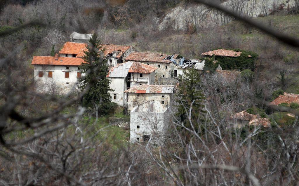 FOTO:BBC bo pred kamerami obnavljal slovensko vas