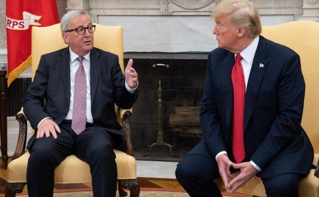 Pogovori DonaldaTrumpa in Jean-Clauda Junckerja julija v Beli hiši so obrodili sadove. FOTO: Saul Loeb/AFP