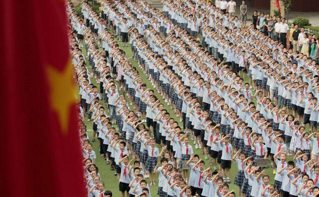 Da se bo moral zato v prihodnje vsak Kitajec vsako jutro zazreti v ogledalo in se resno vprašati, ali je dovolj sprejemljiv za oblast, pa – upam – da bomo dočakali kvečjemu v filmu, ki bi ga uvrstili v žanr najbolj znanstvenofantastičnih... FOTO: Reuters