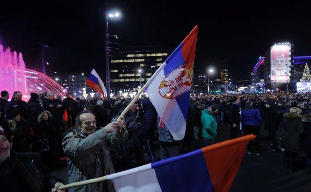 Privrženci srbskega predsednika Aleksandra Vučića na mitingu ob obisku ruskega predsednika Vladimirja Putina v Beogradu. FOTO: Jože Suhadolnik