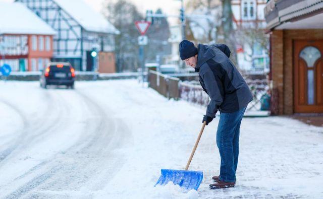 Kidanje snega: naporno delo ali pa prijetna aktivnost – odvisno, kako dobro ste pripravljeni. FOTO: Shutterstock