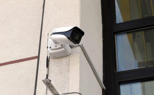 Kamere, ki so v trgovini nameščene zaradi zaščite premoženja, ne pomenijo posega v pravice zasebnosti tatov. FOTO: Igor Mali