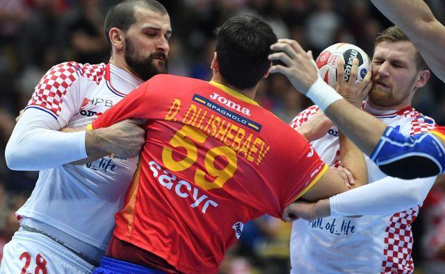 Bivši celjski igralec Daniel Dušebajev je bil nemočen proti hrvaški obrambi, v kateri je blestel nekdanji član Trima in Gorenja Željko Musa (levo). Foto AFP