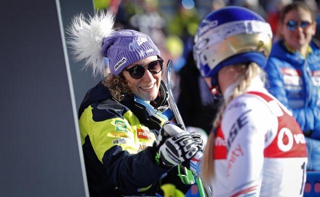 Takole je Mariborčanki, ki je vodila vse do nastopa Ramone Siebenhofer, čestitala smučarska kraljica Lindsey Vonn. FOTO: Matej Družnik/Delo