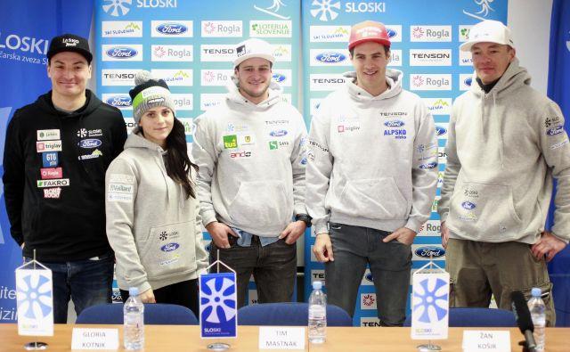 Slovenija bo imela na Rogli štiri kandidate za najvišja mesta (z leve): Roka Marguča, Glorio Kotnik, Tima Mastnaka in Žana Koširja. Desno trener in postavljalec proge Izidor Šušteršič. FOTO: Roman Šipić/Delo