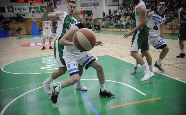 Nekdanji Olimpijin adut Sava Lešić je bil v finišu srečnejši od Marka Jošila (za njim). FOTO: ABA