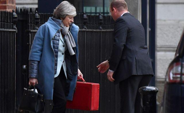 Je v premierkinem kovčku nova strategija za brexit? FOTO: AFP