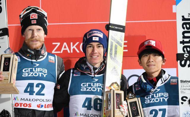 Na zmagovalnem odru so se z namsehom nastavljali Norvežan Robert Johansson (levo), Stefan Kraft in Jukija Sato. FOTO: AFP