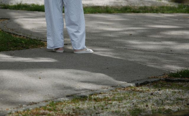 Bolezen mnoge potisne v siromaštvo in izoliranost. FOTO: Leon Vidic/Delo