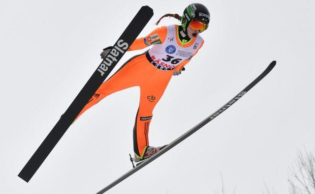 Nika Križnar je na ekipni tekmi skakala zelo dobro, s takšnimi daljavami bo jutri v igri za stopničke. FOTO: AFP