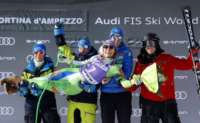 Takole je Ilka Štuhec proslavila druge stopničke v dveh dneh s svojo ekipo. FOTO:Matej Družnik/Delo