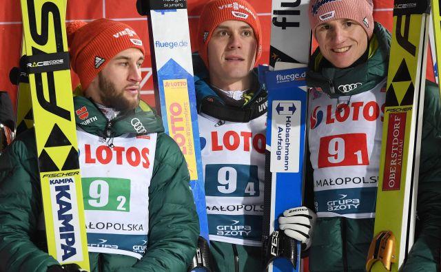 Markus Eisenbichler (levo), Stephan Leyhe in Karl Geiger so trije mušketirji odličnega nemškega moštva, ki je po nesrečnem padcu ostal brez odlično razpoloženega osmoljenca Davida Siegla. FOTO: AFP