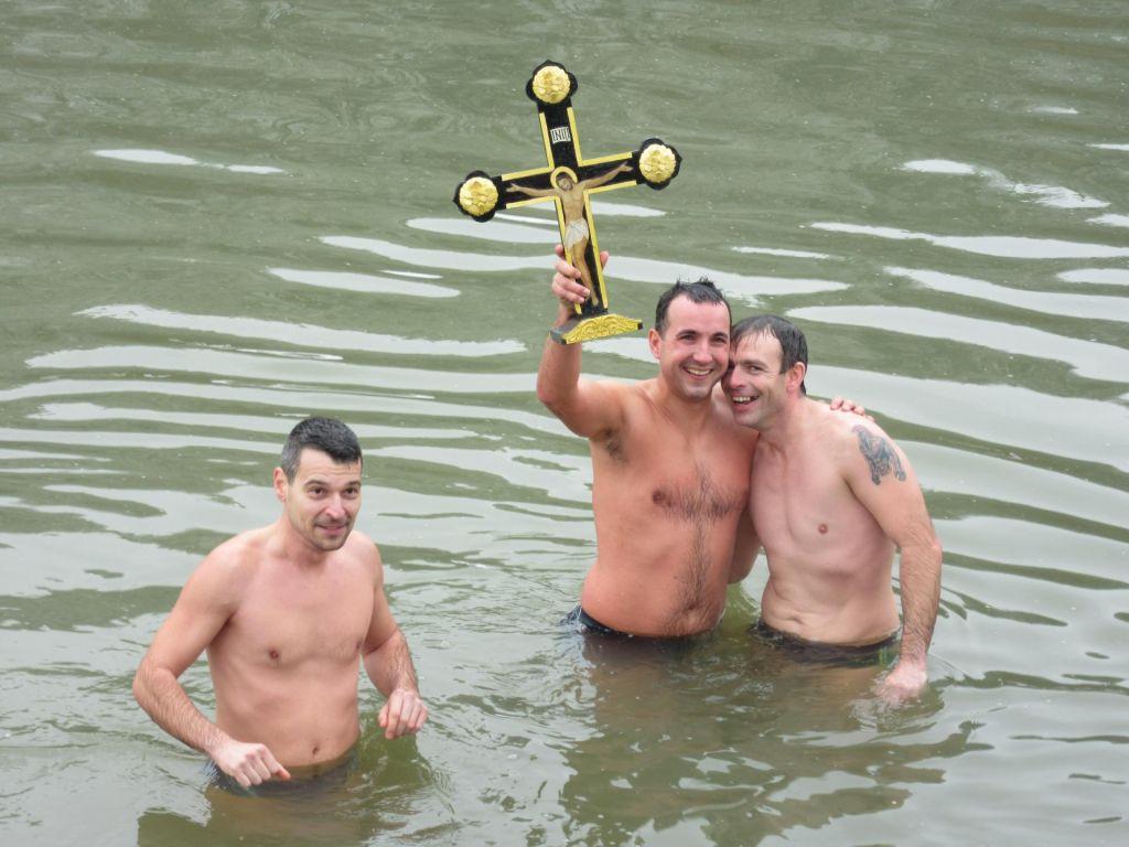 FOTO:Za pravoslavni križ v Savinji prvič plavalo tudi dekle (FOTO in VIDEO)