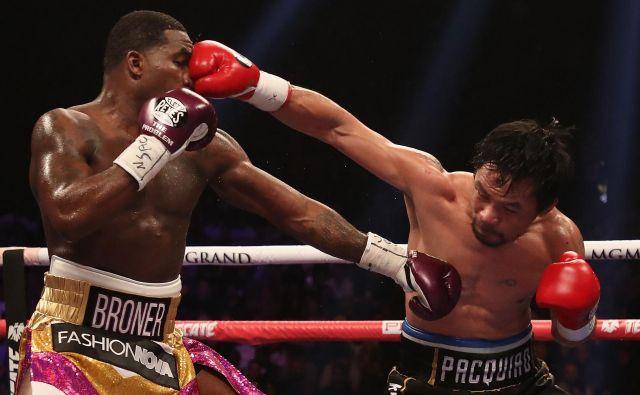 Filipinski narodni heroj Manny Pacquiao (desno) je prepričljivo po točkah premagal tudi Američana Adriena Bronerja. FOTO: AFP