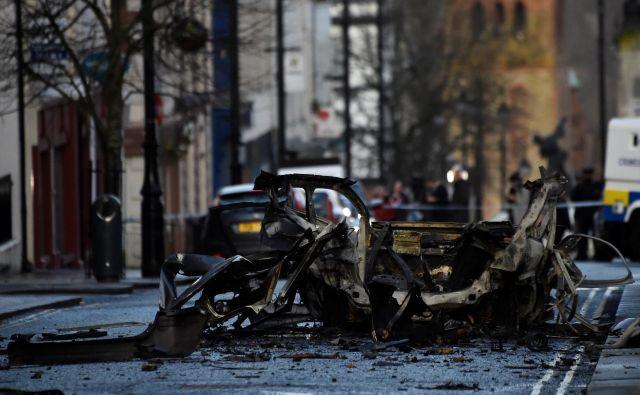 Eksplozija avtomobila v Londonderryju je odjeknila včeraj okoli 20.15 po krajevnem času. FOTO: Clodagh Kilcoyne/Reuters