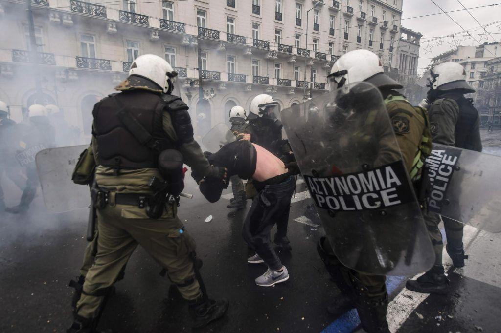 FOTO:Na protestu v Atenah proti imenu Severna Makedonija tudi nasilje (FOTO)