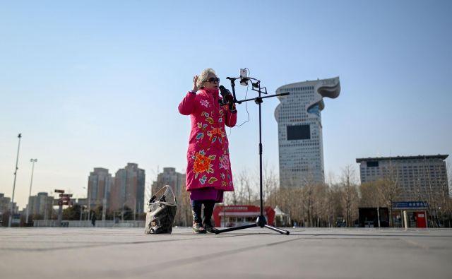 Na prvi pogled je njena edina družba pametni telefon, v resnici pa jo spremlja na desettisoče ljudi. Foto AFP