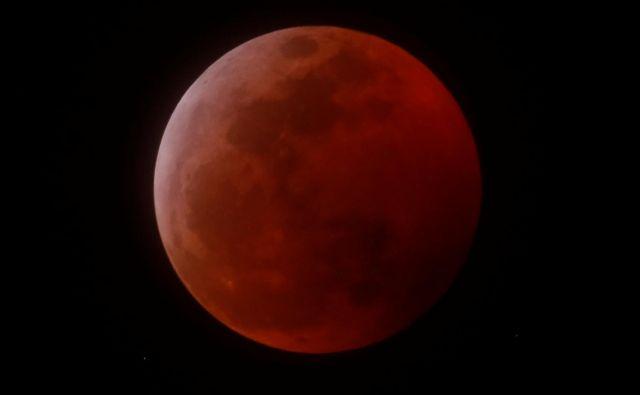 Krvava superluna, kot so jo videli v Kaliforniji.<br /> FOTO: Mike Blake/Reuters