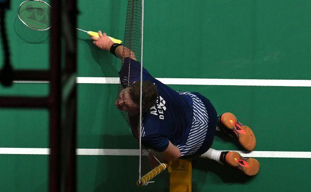 Na dvoboju badminton turnirja v Kuala Lumpurju je Danec Viktor Axelsen, ki se je pomeril proti Malezijcu Lee Zii Jia, pristal z glavo v mreži.Foto Mohd Rasfan Afp