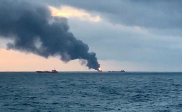 Ruski reševalci poskušajo doseči mornarje, ki so skočili čez krov. Kot poroča <em>BBC</em>, so do sedaj rešili 14 ljudi. FOTO: Reuters