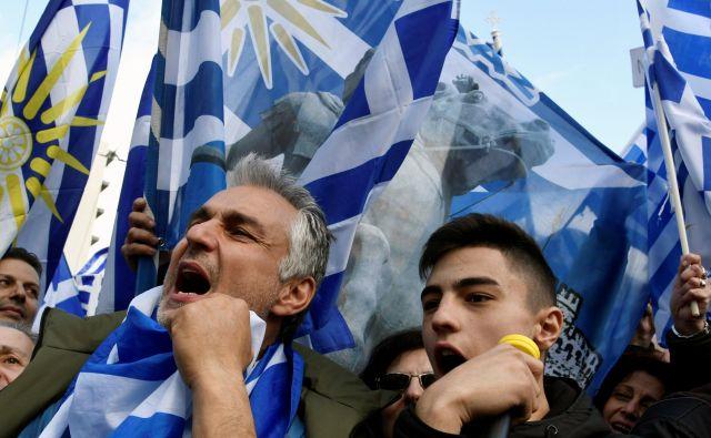 Na protestu proti dogovoru vlad Aleksisa Ciprasa v Atenah in Zorana Zaeva v Skopju se je v nedeljo zbralo več kot 100.000 ljudi. FOTO: Reuters