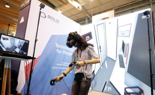 Podjetja v poslovno prakso hitro vključujejo nove tehnologije, slabše pa poznajo tveganja, ki jih to prinaša. Na fotografiji je preizkus očal, ki omogočajo izkušnjo virtualne resničnosti. FOTO: Reuters