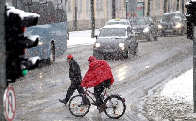 Snežne padavine bodo ovirale promet v jutranji konici. FOTO: Roman Šipić/Delo