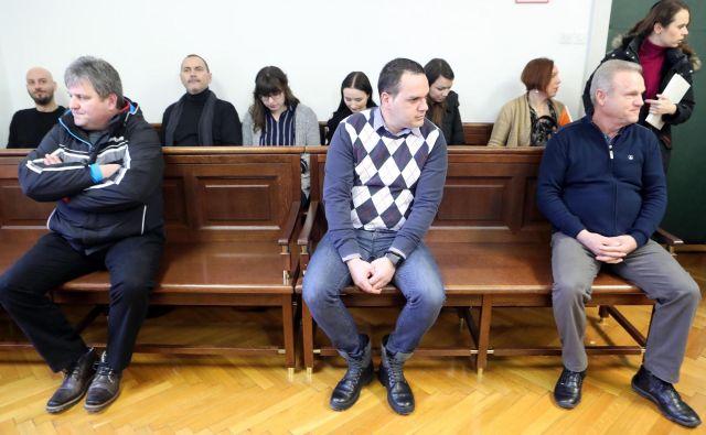 Na zatožno klop so sedli Sašo Žaljec, Uroš Smiljić (v sredini) in Stanko Raner. Vsi trije so krivdo zanikali. Foto Igor Mali