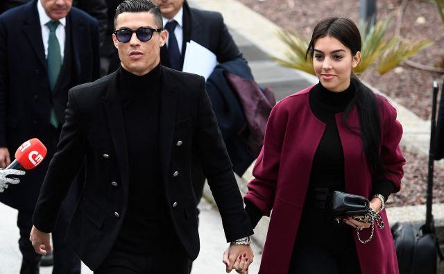 Cristiano Ronaldo je na sodišče prišel z zaročenko. FOTO: AFP