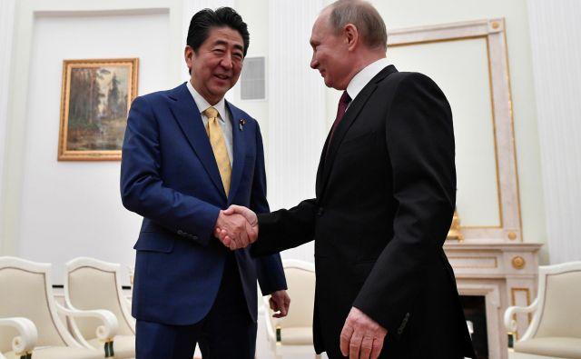 Včerajšnje srečanje ruskega predsednika Vladimirja Putina z japonskim premierom Šinzom Abejem je bilo že 25. po vrsti. Foto: Reuters