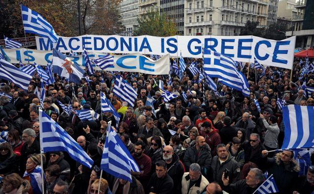 Po predvidevanjih bo Ciprasovi vladi uspelo dobiti večino za ratifikacijo sporazuma s Skopjem, ki mu nasprotuje 70 odstotkov Grkov. FOTO: Reuters