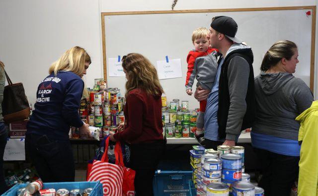 Družine uslužbencev obalne straže v Kaliforniji dobivajo pakete hrane, ker so že peti teden brez plače. FOTO AFP
