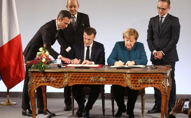 Pogodba, ki sta jo podpisala Angela Merkel in Emmanuel Macron, predvideva »evropska območja« na meji med državama, kjer naj bi vsakdanje življenje potekalo čim bolj dvojezično in nebirokratsko na vseh področjih. Foto AFP