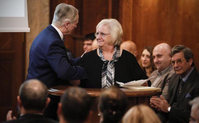 Dolgoletna novinarka <em>Dela </em>Dragica Bošnjak med prejemom nagrade za življenjsko delo. FOTO: Uroš Hočevar