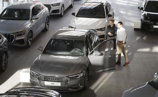 Med kazalniki, ki jih na statističnem uradu spremljajo četrtletno, se je vrednost kazalnika pričakovanje glede nakupa avtomobilav januarju glede na oktober lani izboljšala za štiri odstotne točke in tako dosegla najvišjo vrednost v zadnjih 15 letih. FOTO: Leon Vidic/Delo