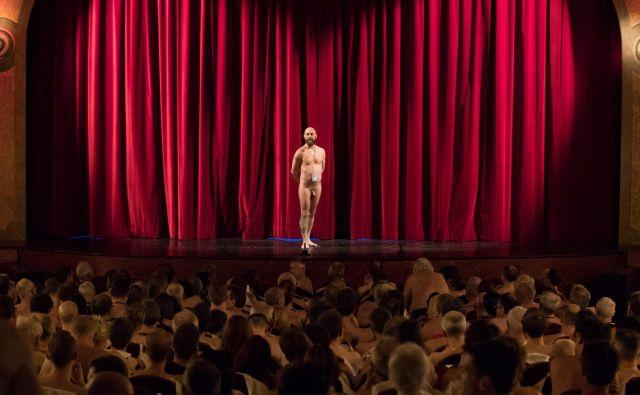 """V pariškem gledališču Palais des Glaces Pariz je bila na sporedu gledališka predstava """"Goli in odobreni"""" (Nu et approuve), namenjena izključno nudistom.Foto Geoffroy Van Der Hasselt Afp"""