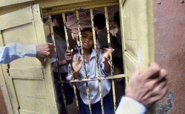 Otroci ne sodijo v zapore, so vzkliknili aktivisti za zaščito otrok, ki trdijo, da bi odrasli s tem zgolj priznali popoln poraz pri vzgoji mladih. FOTO: Reuters