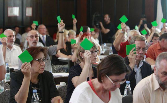 O porabi zdravstvenega denarja odloča skupščina ZZZS. Denar je ostal, pacienti v čakalnih vrstah pa tudi. FOTO: Leon Vidic/Delo