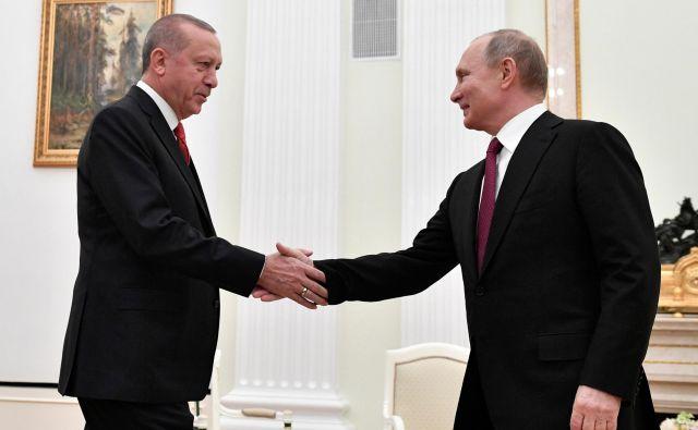 Srečanje ruskega predsednika Vladimirja Putina (desno) s turškim predsednikom Recepom Tayyipom Erdoğanom v Kremlju so nekateri komentatorji vnaprej označili za dogovor o delitvi ameriškega plena. Foto: Reuters