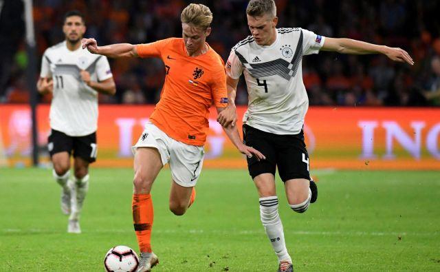 Frenkie de Jong ima že zdaj pomembno vlogo v nizozemski reprezentanci. FOTO: Reuters