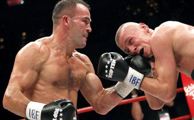Dejan Zavec (na fotografiji levo) si je med letoma 2009 in 2011 lastil šampionski pas uglednega boksarskega združenja IBF. FOTO: Matej Družnik